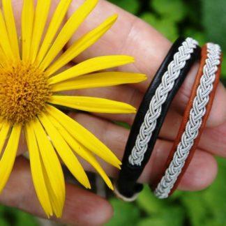 Armband. Kom ihåg att ange NR, Färg och Mått på handled. FRAKT tillkommer. Mönsterskyddade produkter.